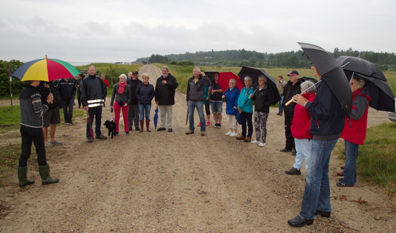 Fortroppen ønskes velkommen af grundejerformand Ingrid M. Schmidt (med bolsjestribet paraply). Foto: Peter Jessen