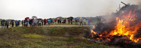 Årets sankthansbål havde samlet omkring 60 hostruppere. Foto: Peter Jessen