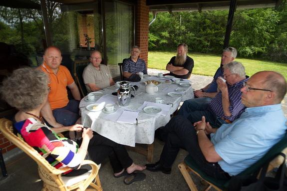 Repræsentanter for de tre grundejerforeninger ved Hostrup Strand samlet til fællesmøde lørdag 25. maj. (Foto: Peter Jessen)