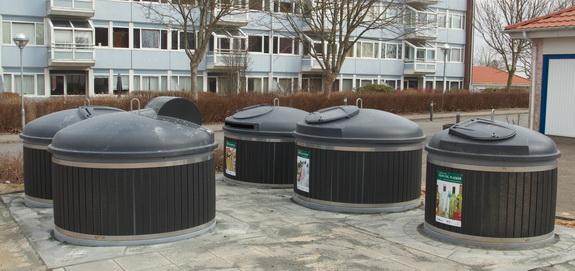 Sådan kan de kommende affaldsstationer ved Hostrup Strand komme til at tage sig ud - med underjordiske beholdere for både husholdningsaffald, glas, pap og aviser m.m. Affaldsstationen her kan ses på Vestervænget i Skive. (Foto: Peter Jessen)