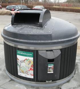 """På beholderen til husholdningsaffald er der en """"vippeskuffe"""", hvor posen med affald lægges."""