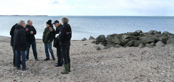 Bestyrelsen for kystbeskyttelseslaget inspicerer skaderne ved Hostrup Strand efter stormene i vinteren 2011-2012. (Foto: Peter Jessen)