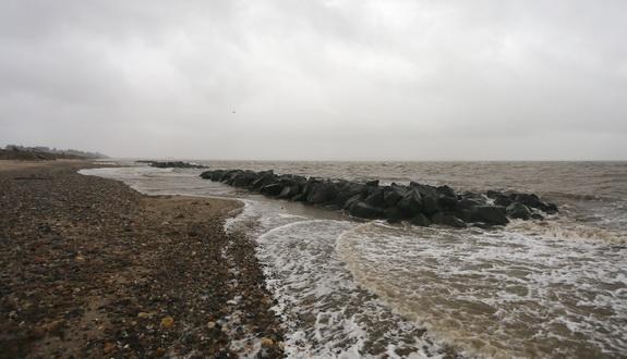 Kystbeskyttelseslaget nåede netop at få gravet mængder af ophobet sand væk bag bølgebryderne, før stormen kom. Det betød, at bølgebryderne virkede effektivt, da Bodil rasede. Foto: Peter Jessen