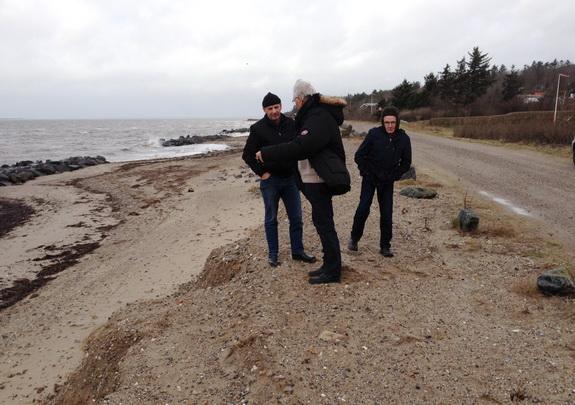 """Bestyrelsen for kystsikringslaget holdt lørdag 22. februar årets første møde. Det blev indledt på stranden, hvor skaderne fra orkanen """"Bodils"""" rasen blev besigtiget. På billedet er det Jens Peder Hedevang, Svend Vestergaard og Karl Hansen. Billedet er taget af Ingrid M. Schmidt, som mødte frem som suppleant for formanden, Niels Jørgen Hyldgaard."""
