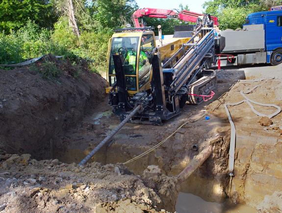 Med en specialmaskine foretages såkaldt styret underboring, hvor rør til vand og spildevand skrues ned under stien mellem Harevej og Havtjørnevej. Foto: Peter Jessen