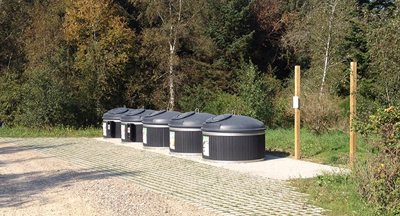 På Ulstedvej på Fur står de fem containere på rad og række. Foran ses det stenbelagte vigespor. Foto: Nomi 4S