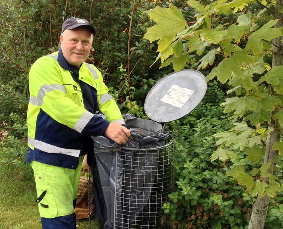 Renovationsmanden Leif fra Nomi 4S med en af plasticsækkene, der i uge 31 sættes i affaldsstativerne ved Hostrup Strand som led i en undersøgelse af, hvad vi smider ud. Foto: Ingrid M. Schmidt