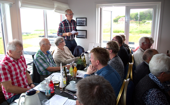 Næstformand Søren Poulsen sidder i bestyrelsen for kystbeskyttelseslaget valgt fra Grundejerforeningen Hostrup Teglgaard, og han orienterede om status for lagets planer om en forstærkning af kystbeskyttelsen. Foto: Peter Jessen
