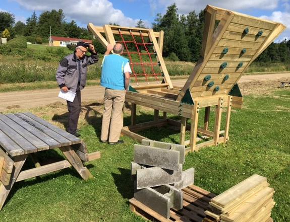 Søren og Svend Erik snakker om, hvordan tingene skal sættes sammen.