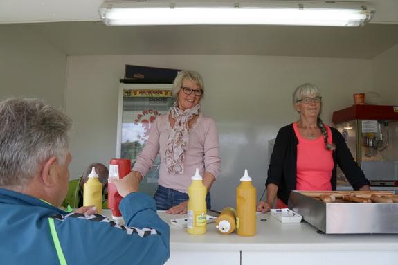Asta og Ingrid forsynede festdeltagerne med grillede pølser, slush-ice og andet godt. Foto: Peter Jessen