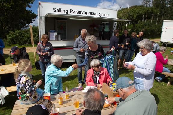 Ingrid Schmidt, formand for Grundejerforeningen Hostrup Teglgaard, og Inga Meldgaard stod for det amerikanske lotteri. Foto. Peter Jessen